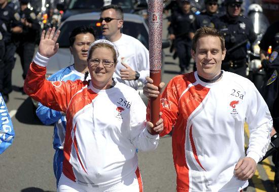 图文-北京奥运会火炬在旧金山传递 传递火炬很开心