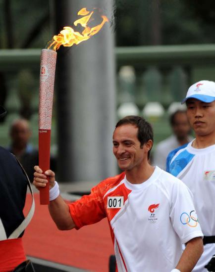 图文-奥运圣火在布宜诺斯艾利斯传递 笑举火炬前进
