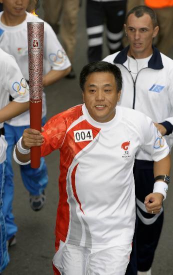 图文-奥运圣火在布宜诺斯艾利斯传递 中国火炬手