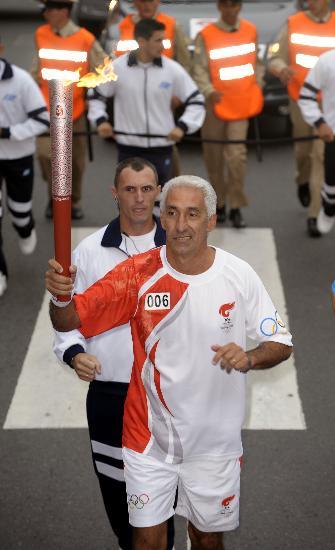 图文-圣火在布宜诺斯艾利斯传递 马塞洛手持火炬
