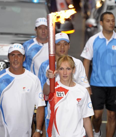 图文-圣火在布宜诺斯艾利斯传递 贝隆手持火炬