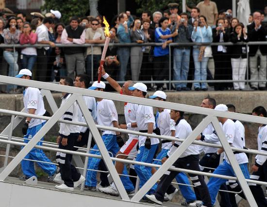 图文-圣火在布宜诺斯艾利斯传递 手持圣火爬坡