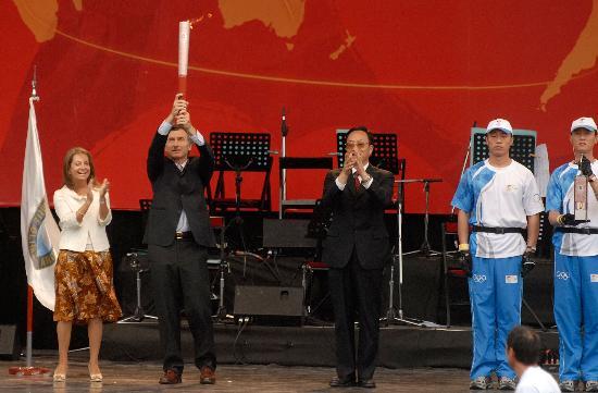 图文-圣火在布宜诺斯艾利斯传递 市长展示火炬
