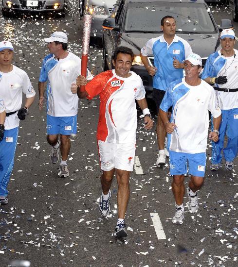 图文-圣火在布宜诺斯艾利斯传递 加布里埃尔传递