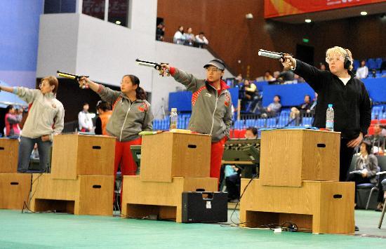 图文-女子10米气手枪比赛 任洁在比赛中沉着作战