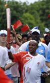 图文-奥运火炬在达累斯萨拉姆传递 奥运英雄风采不减