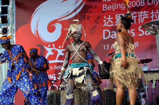 图文-圣火在达累斯萨拉姆传递 演员庆典仪式上表演