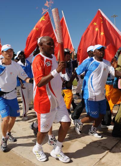 图文-奥运火炬在达累斯萨拉姆传递 巴伊满头是汗