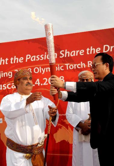 图文-圣火传递活动在马斯喀特举行 圣火传递情谊