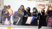 图文-圣火传递在马斯喀特举行 当地居民翘首期盼