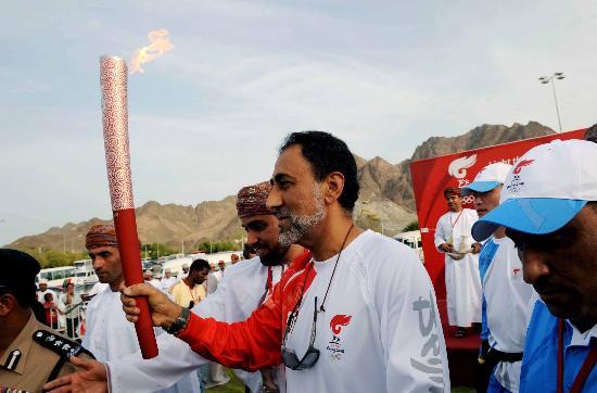 图文-圣火传递活动在马斯喀特举行 虔诚举着火炬