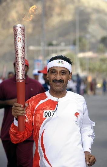 图文-圣火传递活动在马斯喀特举行 微笑发自内心