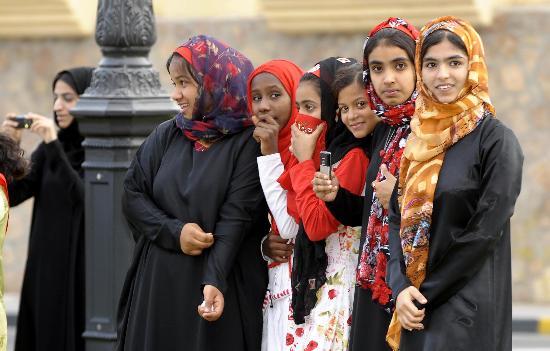 图文-圣火传递活动在马斯喀特举行 美女列队迎接