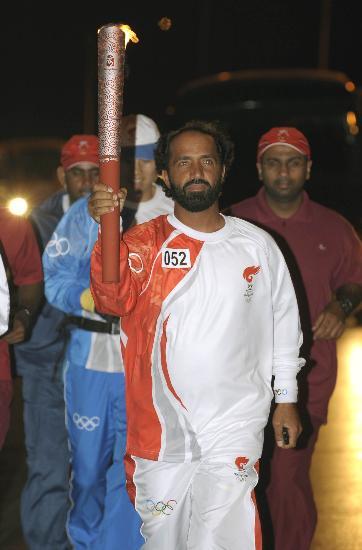 图文-圣火传递活动在马斯喀特举行 火炬手萨利姆