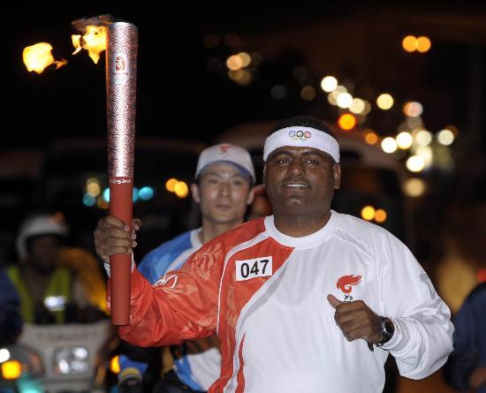 图文-圣火传递活动在马斯喀特举行 火炬手达维什