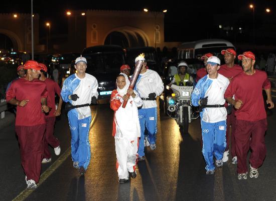 图文-圣火传递活动在马斯喀特举行 保护圣火传递