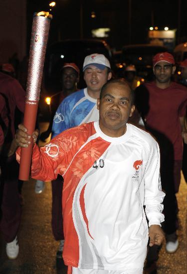 图文-圣火传递活动在马斯喀特举行 火炬手纳希巴