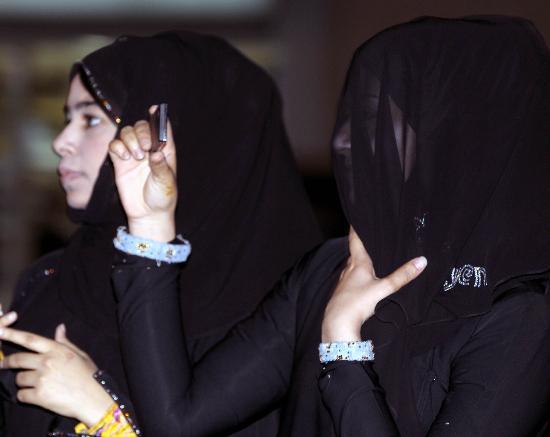 图文-圣火传递活动在马斯喀特举行 羞涩女孩拍照
