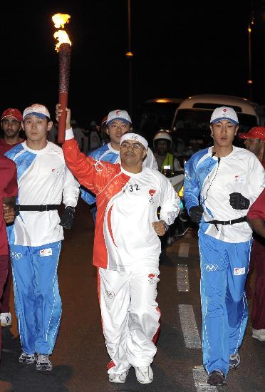 图文-圣火传递活动在马斯喀特举行 圣火映亮夜间