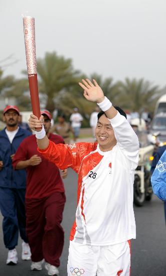 图文-圣火传递活动在马斯喀特举行 兴奋向观众挥手