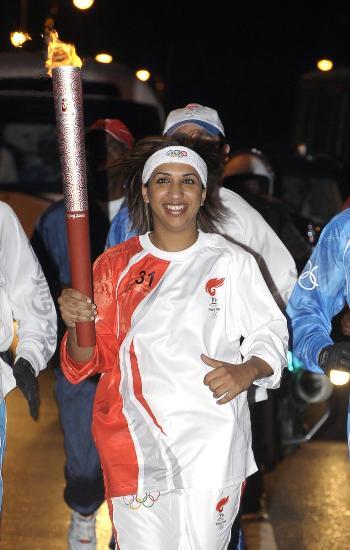 图文-圣火传递活动在马斯喀特举行 圣火辉映笑脸