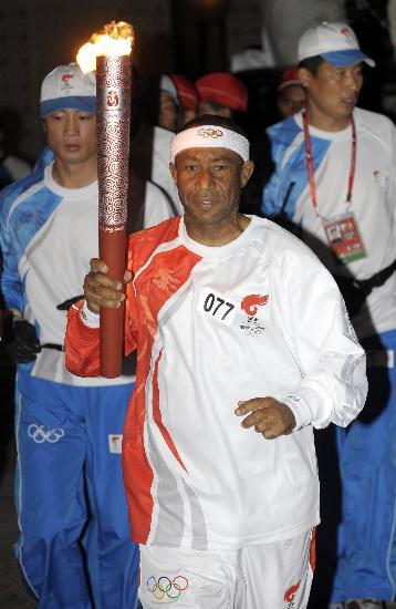 图文-圣火传递活动在马斯喀特举行 哈米斯手持火炬