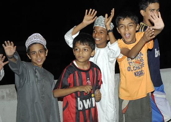 图文-圣火传递活动在马斯喀特举行 儿童欢呼