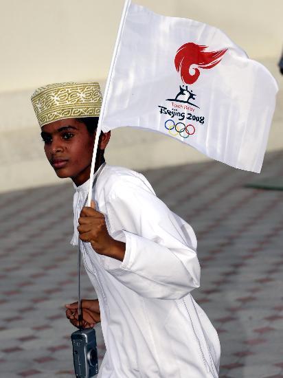 图文-圣火传递活动在马斯喀特举行 儿童翘首盼圣火
