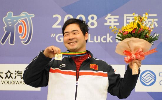 图文-射击世界杯50米手枪慢射 林忠仔夺冠展示金牌