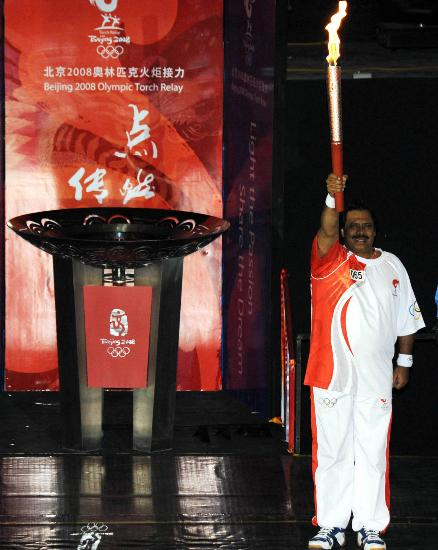 图文-奥运圣火在伊斯兰堡传递 圣火盆前展示火炬