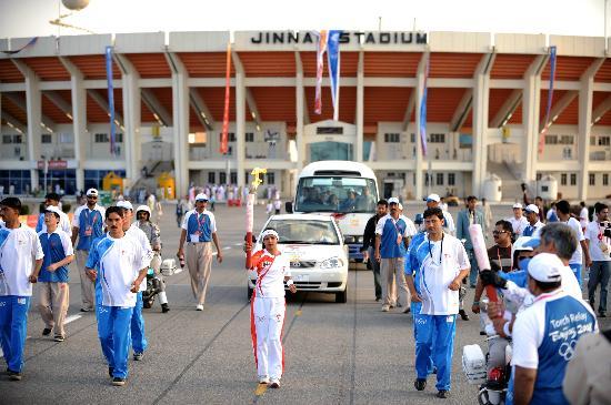 图文-北京奥运圣火在伊斯兰堡传递 火炬交接瞬间
