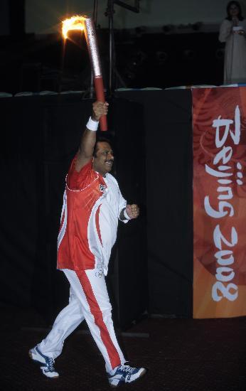 图文-北京奥运圣火在伊斯兰堡传递 萨达尔箭步如飞