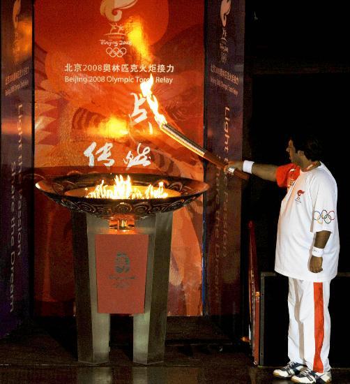 图文-北京奥运圣火在伊斯兰堡传递 萨达尔点燃圣火盆