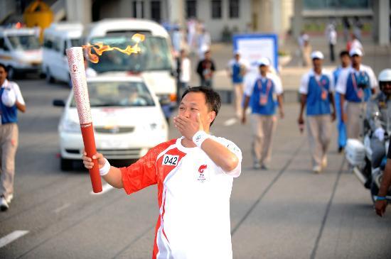 图文-北京奥运圣火在伊斯兰堡传递 火炬手激动不已