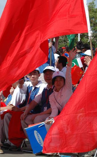 图文-北京奥运圣火在伊斯兰堡传递 热心的华侨们