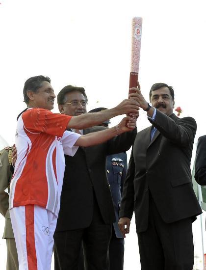 图文-北京奥运圣火在伊斯兰堡传递 巴方总统参与