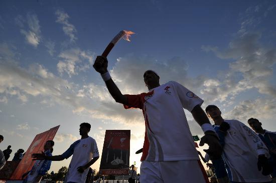 图文-北京奥运圣火在伊斯兰堡传递 高大的火炬手