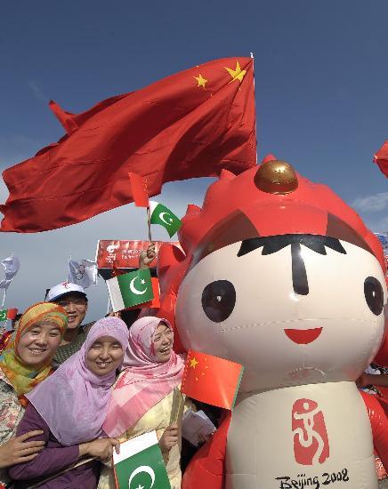 图文-北京奥运圣火在伊斯兰堡传递 福娃带动气氛