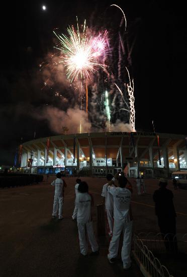 图文-北京奥运圣火在伊斯兰堡传递 争相拍照留念
