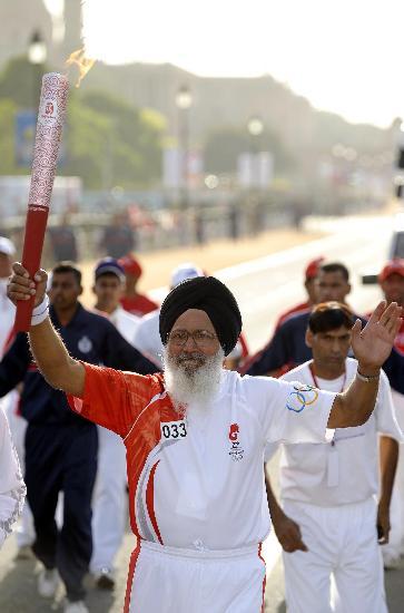 图文-北京奥运圣火在新德里传递 印度火炬手传递