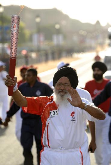 图文-北京奥运圣火在新德里传递 老当益壮的火炬手