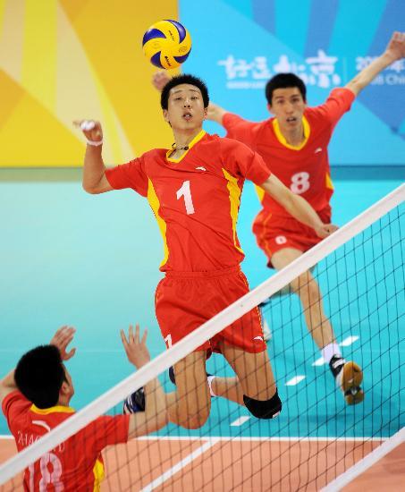 图文-上海男排胜河南男排 李睿在比赛中进攻