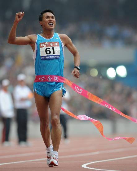 图文-司天峰男子50公里竞走称雄 顺利冲过终点
