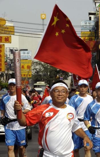 图文-北京奥运圣火在曼谷传递 苏约尔育在传递中