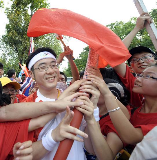 图文-北京奥运圣火在曼谷传递 火炬手受拥戴