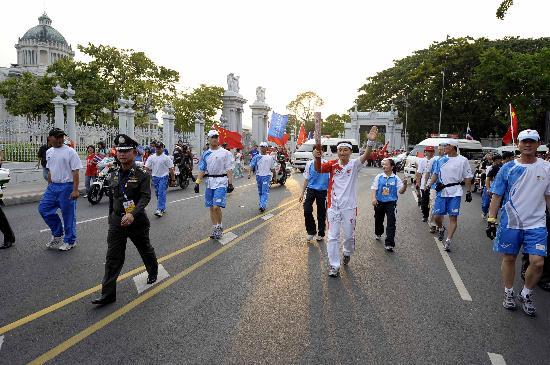 图文-北京奥运圣火在曼谷传递 查伊拉提传递火炬
