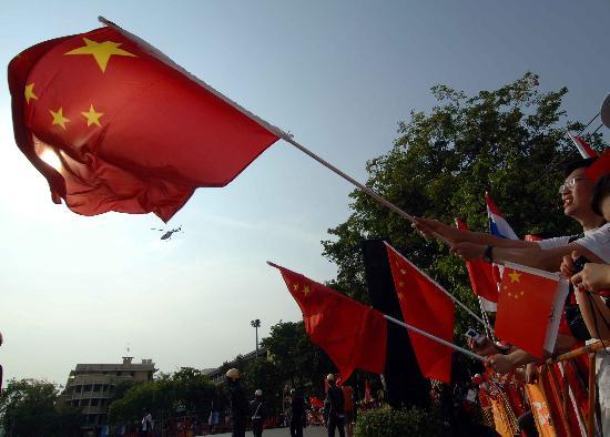 图文-北京奥运圣火在曼谷传递 五星红旗迎风飘扬