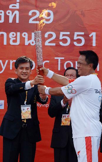 图文-北京奥运圣火在曼谷传递 市长与第一帮火炬手