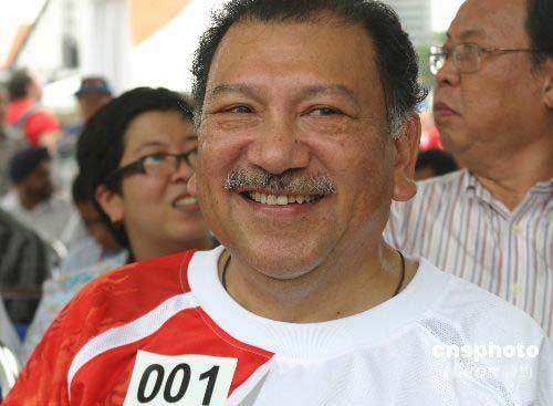 图文-奥运圣火在吉隆坡传递 奥委会主席传递首棒