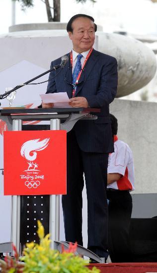图文-奥运圣火在吉隆坡传递 蒋效愚老人和蔼可亲